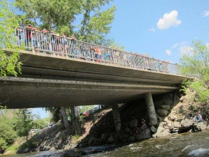 A crowd watched the rescue effort from the Highway 20 bridge over the Chewuch River in Winthrop. Photo by Don Nelson