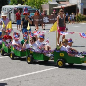 The Maxwell/Westlund family float. Photo by Dana Sphar