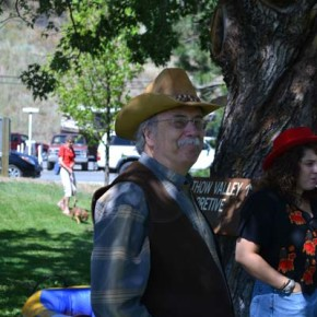 Sir Toby Belch, aka Don Nelson, publisher of the Methow Valley News, waiting for the parade to begin so he can help fellow cast members from Twelfth Night carry a banner promoting the upcoming production at the Merc Playhouse. Photo by Laurelle Walsh